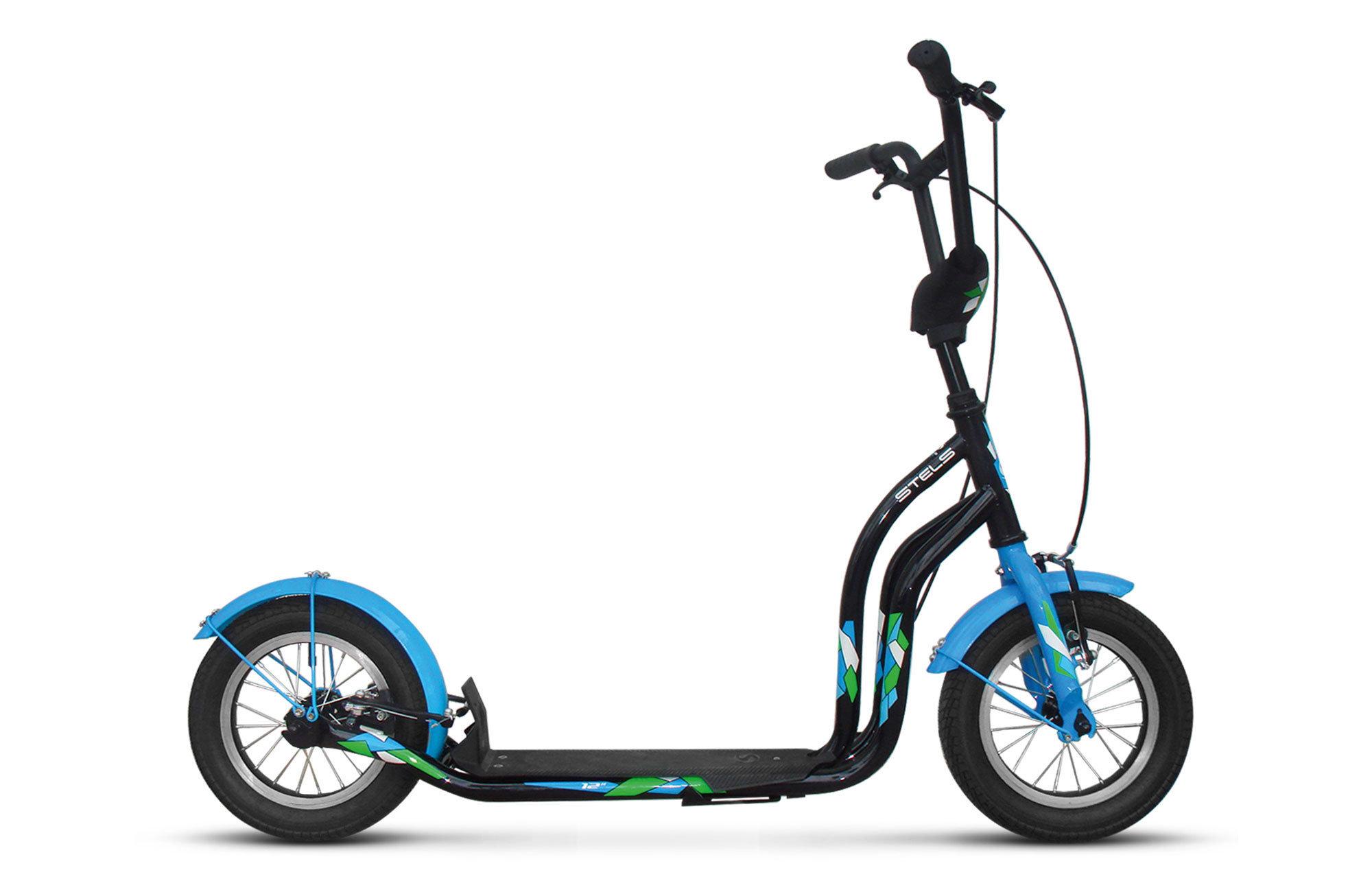 Trail 3Российская компания Stels, известная прежде всего как производитель велосипедов и аксессуаров, решила порадовать также любителей самокатов и выпустила совершенно новую модель Trail 3. Самокат разработан для городского катания и подойдет детям от 3-х лет ростом от 90 см до 110 см. Положение руля регулируется по высоте (72-82 см). Максимальная нагрузка на самокат - до 100 кг, поэтому даже взрослый сможет покататься на нем без проблем. Длина самоката составляет 118 см. Размер платформы - 33х11 см. Колеса - надувные, 12 дюймов, с прочными алюминиевыми ободами. Тормоза передние/задние: Power, V-типа. Самокат оснащен крыльями и удобной подножкой.<br>