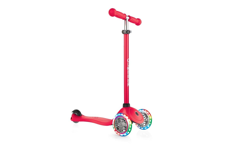 Primo LightsСамокат Globber Primo Lights - трехколесный детский самокат, отличительной особенностью которого являются светящиеся при движении колеса. Платформа размером 12х32 см выполнена из пластика, руль - алюминиевый с регулируемой высотой от 67,5 см до 77,5 см. Спереди установлены два колеса диаметром 121 мм, сзади - одно колесо диаметром 80 мм. Максимальная нагрузка - до 50 кг. Ребенок может начинать кататься с двухлетнего возраста. Тормоз - ножной. Цвет: красный, розовый, синий, голубой, зеленый. Вес - 2,2 кг.<br>