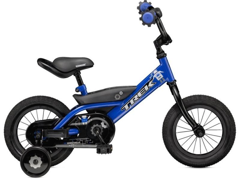 Jet 12 (2016)Велосипед, предназначенный для детей в возрасте от полутора до трех лет, без переключения передач. Технические особенности: стальная рама high-tensile steel, жесткая вилка high-tensile steel, одинарные алюминиевые обода, ножные педальные тормоза, защита цепи, съемные боковые колесики. Подходит для обучения и легких прогулок. Диаметр колес - 12 дюймов. Вес - 9,8 кг.<br><br>Рама: 12<br>Вилка: Dialed 12<br>Передняя втулка: Steel<br>Задняя втулка: Coaster brake<br>Система: Dialed 2.75<br>Педали: Dialed 1/2<br>Рулевая колонка: Adjustable ball bearing<br>Вынос: Quill, two bolt<br>Руль: Dialed 12<br>Седло: Dialed 12<br>Обода: 12<br>Покрышки: Bontrager Dialed 12x1.75<br>Цвета выпускаемые: синий<br>Размеры выпускаемые: 12