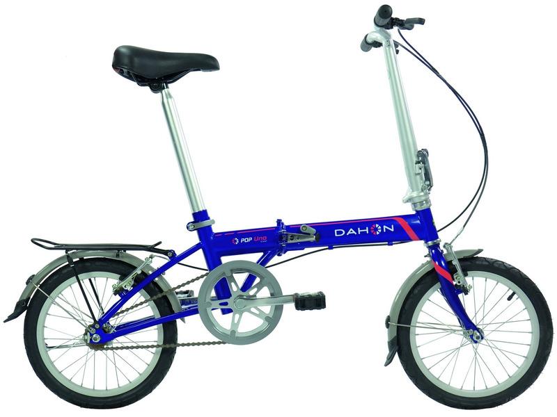 Pop Uno (2016)Складной прогулочный велосипед без переключения передач. Технические особенности: хромомолибденовая рама, жесткая стальная вилка, одинарные алюминиевые обода, надежные ободные тормоза V-brake, крылья, подножка. Подходит для прогулочного катания в городских условиях. Диаметр колес - 16 дюймов. Вес - 11,6 кг.<br><br>Рама: Хром Молибден (сплав стали, усиленный)<br>Вилка: Высокопрочная сталь<br>Тормоза: Ободной тормоз (V-brake)<br>Передняя втулка: Dahon Custom Compact, 28 Отв.<br>Задняя втулка: Dahon Custom Compact, 28 Отв.<br>Система: Кованные, со звездой на 48 зубьев и защитой цепи<br>Кассета: 16 зубьев<br>Цепь: KMC Z410<br>Педали: Пластиковые<br>Руль: Прямой руль из алюминия 6061, шириной 520 мм, с углом подъёма 9 градусов<br>Подседельный штырь: Dahon 6061 Алюминий 34 x 530 мм<br>Седло: Dahon Ergo Comfort<br>Обода: 16? из облегчённого алюминиевого сплава<br>Спицы: Нержавеющая сталь<br>Покрышки: Dahon Custom City 16 x 1.75?<br>Цвета выпускаемые: белый, синий<br>Размеры выпускаемые: Один размер под рост 135-188 см и вес 105 кг
