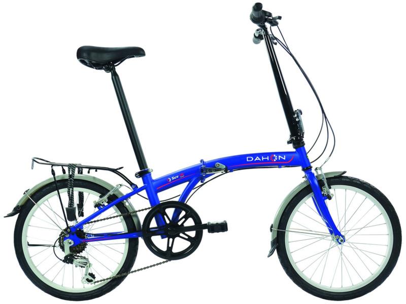"""S.U.V. D6 (2016)Велосипеды Складные<br>Складной прогулочный велосипед с оборудованием начального класса Shimano, 6 скоростей. Технические особенности: прочная хромомолибденовая рама, жесткая стальная вилка, одинарные алюминиевые обода, надежные ободные тормоза V-brake, длинные крылья, багажник, подножка. Подходит для прогулочного катания в городских условиях. Диаметр колес - 20 дюймов. Вес - 14,4 кг.<br><br>Рама: Хром Молибден (сплав стали, усиленный)<br>Вилка: Высокопрочная сталь<br>Манетки: Shimano грипшифт<br>Тормоза: Ободной тормоз (V-brake)<br>Задний переключатель: Shimano Tourney RD-TY21<br>Передняя втулка: Dahon Custom Compact, 28 Отв.<br>Задняя втулка: Dahon Custom Compact, 28 Отв.<br>Система: Кованные, со звездой на 52 зуба и защитой цепи<br>Каретка: CH<br>Кассета: 14-28<br>Цепь: KMC Z410<br>Педали: Пластиковые<br>Вынос: Forged Alloy Radius Telescope w/ Fusion Technology<br>Руль: Прямой руль из алюминия 6061, шириной 520 мм, с углом подъёма 9 градусов<br>Подседельный штырь: Dahon 6061 Алюминий 34 x 530 мм<br>Седло: Dahon Ergo Comfort<br>Обода: 20"""" из облегчённого алюминиевого сплава<br>Спицы: Нержавеющая сталь<br>Покрышки: Dahon Custom City 20 x 1.5""""<br>Цвета выпускаемые: синий, белый<br>Размеры выпускаемые: Один размер под рост 140-184 см и вес 105 кг"""