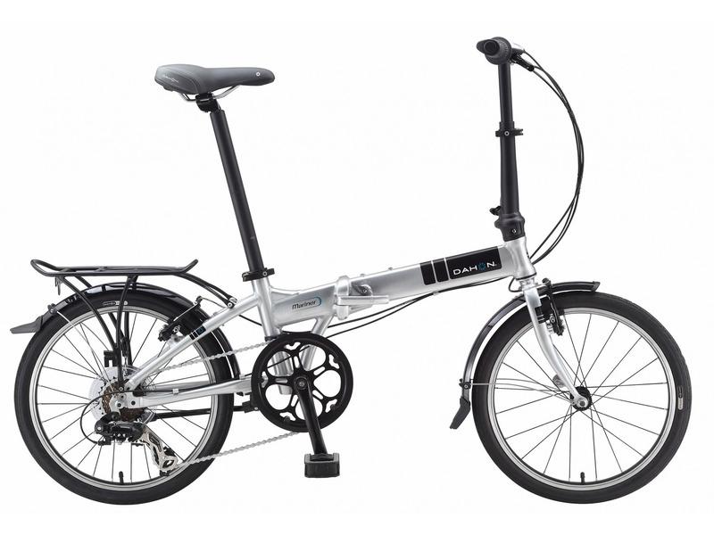"""Mariner D7 (2016)Складной прогулочный велосипед с оборудованием начального класса Shimano, 7 скоростей. Технические особенности: складная алюминиевая рама, жесткая стальная вилка, двойные алюминиевые обода, надежные ободные тормоза V-Brake, длинные крылья, багажник, подножка, складные педали. Подходит для прогулочного катания в городских условиях. Диаметр колес - 20 дюймов. Вес - 12,4 кг.<br><br>Рама: Алюминиевый сплав<br>Вилка: Высокопрочная сталь<br>Манетки: Shimano грипшифт<br>Тормоза: Ободной тормоз (V-brake)<br>Задний переключатель: Shimano RD-TX35<br>Передняя втулка: Dahon Custom, 74 мм<br>Задняя втулка: Dahon Custom Compact, 28 Отв.<br>Система: Кованные, со звездой на 52 зуба и защитой цепи<br>Каретка: Герметизированный подшипник<br>Кассета: 12-28<br>Цепь: KMC Z82<br>Педали: Dahon, складные, пластиковое основание<br>Вынос: Dahon Forged Aluminum Radius-V Handlepost<br>Руль: Прямой руль из алюминия 6061, шириной 580 мм, с углом подъёма 9 градусов<br>Подседельный штырь: Dahon Custom из алюминия 6061, 33,9 мм x 580 мм<br>Седло: Dahon Ergo Comfort<br>Обода: 20"""" из облегчённого алюминиевого сплава<br>Спицы: Нержавеющая сталь<br>Покрышки: Dahon Rotolo, 20 x 1.75""""<br>Цвета выпускаемые: серый<br>Размеры выпускаемые: Один размер под рост 142-188 см и вес 105 кг"""