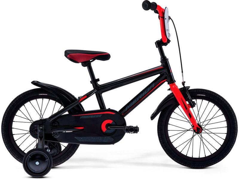 Dino J16 (2017)Велосипед, предназначенный для детей в возрасте от трех до шести лет, без переключения передач. Технические особенности: алюминиевая рама M16 Alloy-C, жесткая стальная вилка, одинарные алюминиевые обода, передний тормоз - ручной V-Brake, задний - ножной, полная защита цепи, пластиковые крылья, съемные боковые колеса, номерная табличка на руле, звонок. Подходит для обучения и легких прогулок. Диаметр колес - 16 дюймов.<br><br>Рама: M16 Alloy-C<br>Вилка: Rigid Steel<br>Тормоза: V-Brake / Ножной (Coaster in R.Hub.)<br>Передняя втулка: Steel NT<br>Задняя втулка: Steel Coaster<br>Система: Steel 32T<br>Каретка: attached<br>Кассета: 16T<br>Цепь: KMC C410<br>Педали: Kid PP<br>Рулевая колонка: General<br>Вынос: One piece<br>Руль: One piece<br>Подседельный штырь: attached<br>Седло: Dino kid 16<br>Обода: Alloy Black<br>Спицы: Steel BK<br>Покрышки: Merida Kid 16х1.75<br>Цвета выпускаемые: черный/красный<br>Размеры выпускаемые: 9?