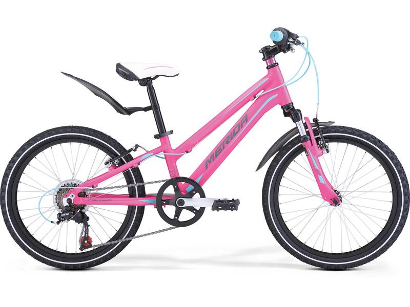 Matts J20 Girl (2017)Велосипед, предназначенный для девочек в возрасте от пяти до девяти лет, с оборудованием начального класса Shimano, 6 скоростей. Технические особенности: алюминиевая рама M20 Alloy, амортизационная вилка Merida HL 410E, двойные обода Alloy Black, надежные ободные тормоза V-Brake Linear. Подходит для обучения и прогулочного катания в городских условиях. Диаметр колес - 20 дюймов. Вес - 12,5 кг.<br><br>Рама: M20 Alloy<br>Вилка: Merida HL 410E 30<br>Манетки: Shimano Revoshift SL-RS35 6<br>Тормоза: V-Brake Linear<br>Задний переключатель: Shimano Tourney TZ50<br>Передняя втулка: Alloy QR<br>Задняя втулка: Alloy QR<br>Система: 40T 152L<br>Кассета: Shimano TZ-20 14-28T 6sp<br>Цепь: KMC Z50<br>Педали: Junior fit<br>Рулевая колонка: Steel-Headset<br>Вынос: Merida A-Head OS 60<br>Руль: Merida Rise 540<br>Подседельный штырь: Alloy 27.2<br>Седло: Matts kid 20<br>Обода: Alloy Black<br>Спицы: Steel UCP<br>Покрышки: Merida 20 1.95<br>Цвета выпускаемые: розовый/синий, синий/розовый<br>Размеры выпускаемые: 10?