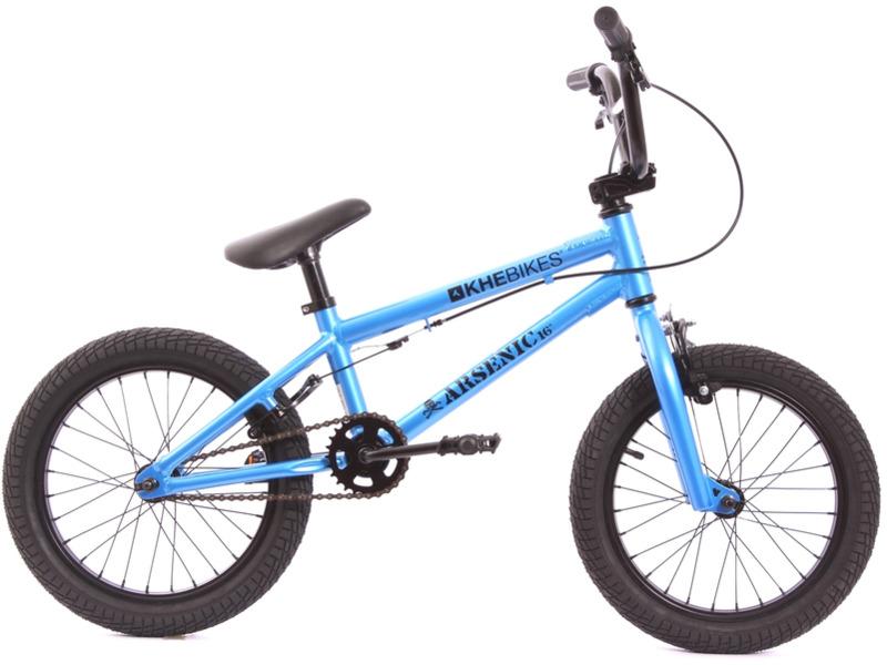 KHE Arsenic 16 (2018)Экстремальный велосипед BMX для детей, без переключения передач. Технические особенности: легкая алюминиевая рама Aluminum, жесткая стальная вилка Hi-Ten, двойные обода Aluminum rims, надежные ободные тормоза клещевого типа U-Brake. Подходит для обучения и экстремального катания в городских условиях или в специальных парках. Диаметр колес - 16 дюймов. Вес - 8,1 кг.<br><br>Рама: Aluminum upper-tube length: 402mm (15,8?)<br>Вилка: Out of high-quality Hi-Ten steel<br>Тормоза: Sidepull / Flybikes Springhanger U-Brake<br>Передняя втулка: 28 hole Prism hub 10mm axles<br>Задняя втулка: 28 hole Prism hub 10mm axles<br>Система: 26 teeth<br>Каретка: US-BB Loose Ball<br>Кассета: 10 teeth cassette hub<br>Цепь: KMC, high-quality brand<br>Шатун: Very stable forge 1pc crank 140mm<br>Педали: PVC 1/2?<br>Рулевая колонка: Headset 1-1/8?<br>Вынос: Leadtec Top Loader, 40mm extension<br>Руль: 2-pc Hi-Ten 6,50? high, 594mm width<br>Подседельный штырь: Aluminum 300mm long<br>Седло: Padded and integrated saddlebar<br>Обода: Aluminum rims<br>Покрышки: Extra broad Kenda 16 x 2,125?<br>Цвета выпускаемые: синий<br>Размеры выпускаемые: Один размер